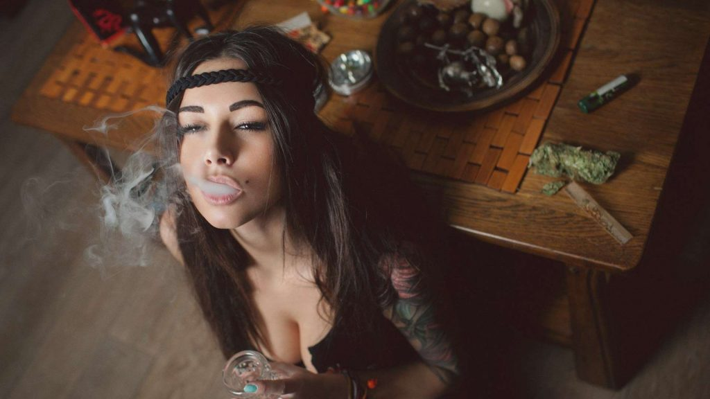 5 Reasons Why You Should Date a Girl That Smokes Weed